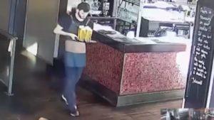 Un serveur désespéré fait tomber un plateau de bières
