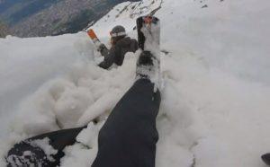 Ils skient sur la neige fondue dans la montagne en Autriche