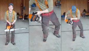 Il teste son pantalon de sécurité pour tronçonneuse en coupant la jambe
