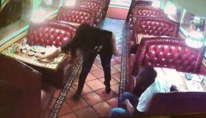 Un couple vole le pourboire d'une serveuse sur une table de restaurant