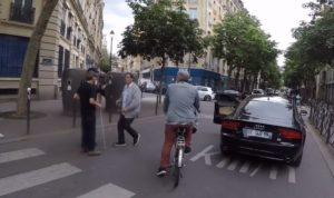 Paris : Un automobiliste renverse presque un piéton malvoyant et sort de sa voiture pour le frapper