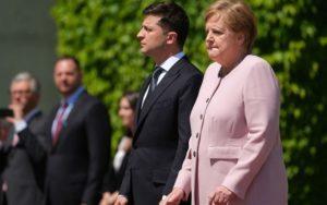 Tremblements de la chancelière allemande Angela Merkel lors d'une cérémonie