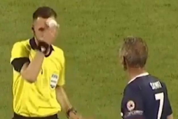 Un arbitre sort des mouchoirs de sa poche lorsqu'un joueur s'attend à recevoir une carte