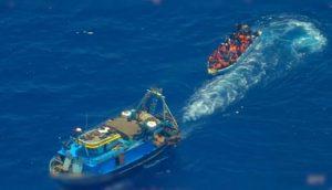 Un chalutier de pêche aide un groupe de migrants à traverser la Méditerranée