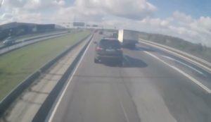 Un conducteur de BMW X5 met un coup de frein à un camion et va le regretter