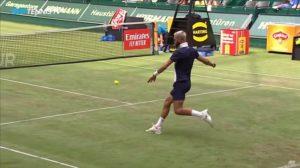 Un duel de football en plein match de tennis