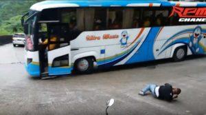 Un homme désespéré saute d'un autobus avant l'accident
