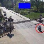 Un motard âgé de 85 ans tombe sur un passage à niveau alors qu'un train arrive !