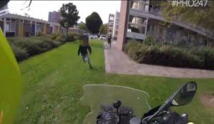 Un motard policier tombe en face à face avec un cambrioleur