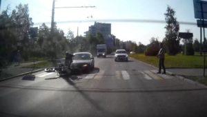 Un motard ralentit à un passage piéton lorsqu'il est percuté par une voiture