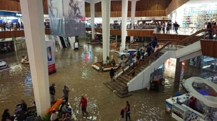Des musiciens jouent la chanson du Titanic pendant une inondation dans un centre commercial
