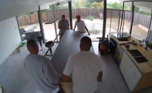 Ces ouvriers explosent une dalle volumineuse pour un plan de travail