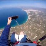Un parapentiste perd son téléphone alors qu'il tentait de prendre un selfie en plein vol