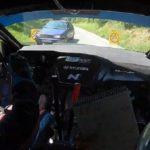 Un pilote croise une voiture sur le parcours d'un Rallye