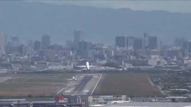 Un pilote remet les gaz pendant qu'un avion décolle sur la même piste !