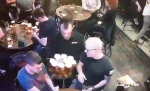 Ce serveur renverse plusieurs plateaux de bières en quelques minutes