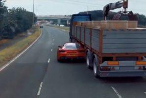 Une Ferrari passe sous la remorque d'un camion !