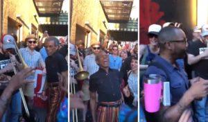 Les habitants de New-York se font des spectacles de rue pendant la panne d'électricité