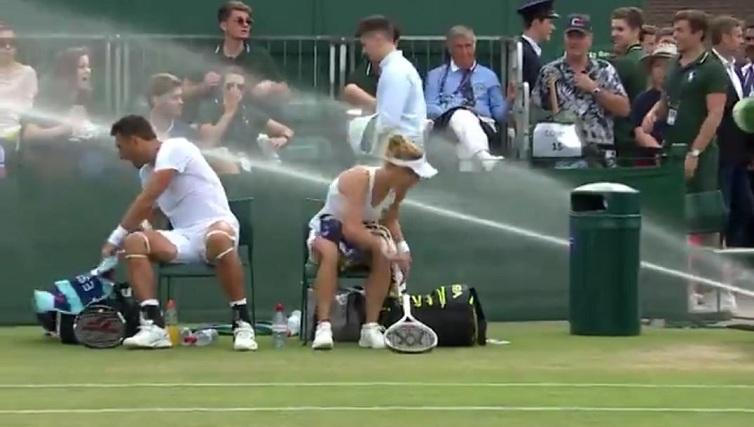 Un arroseur d'eau s'allume lors d'un match (Wimbledon)