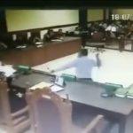 Un avocat attaque deux juges avec sa ceinture lors d'un procès