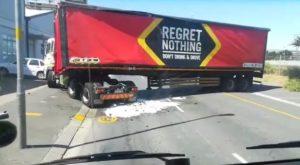 Un camion déverse son chargement de bière alors qu'il tente de faire un demi-tour