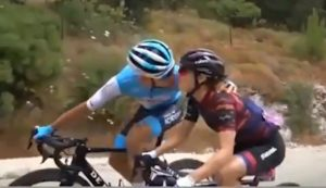 Un couple de cyclistes s'embrassent pendant la course