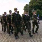 Un défilé militaire non synchronisé lors de la Fête nationale belge