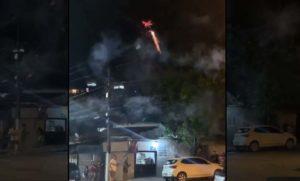 Un drone tire des feux d'artifice sur des fêtards