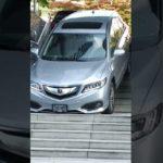 Une femme au volant descend les escaliers en voiture
