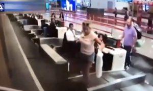 Une femme pense qu'on accède à l'avion par la bande transporteuse de bagages