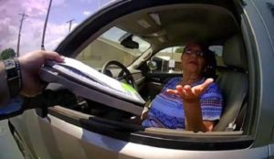 Une femme de 65 ans refuse l'arrestation et attaque un policier