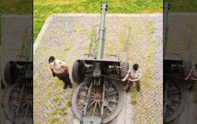 Une femme soldat n'arrive pas à réussir un tir d'artillerie