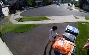 Un garçon se cache dans une poubelle pour échapper à la police