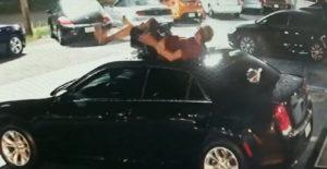 Un homme chute du haut d'un immeuble et s'écrase sur le toit d'une voiture