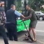 Un homme en trottinette s'embrouille avec le conducteur d'un bus et se fait frapper par une voiture