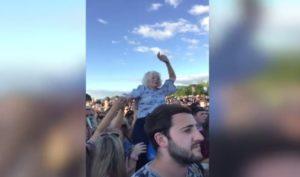 Une mamie filmée sur les épaules d'un homme lors d'un festival