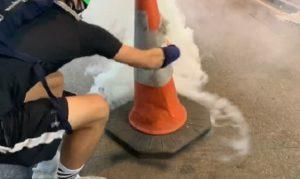 Les manifestants neutralisent les grenades de gaz lacrymogène