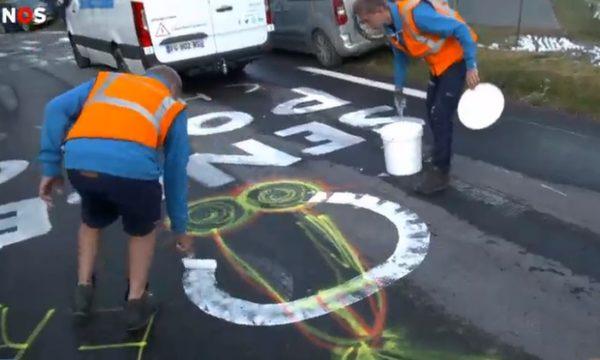 Ils font disparaître les phallus dessinés sur la route du Tour de France
