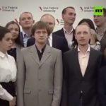 Lors d'une photo de groupe, un étudiant pose devant Poutine