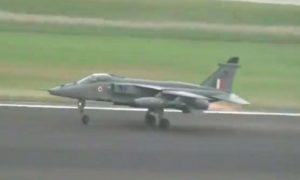 Un pilote de l'armée de l'air largue des bombes après avoir heurté des oiseaux