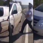 Un policier essaye de briser la vitre d'une fourgonnette à coups de matraque