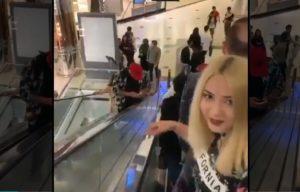 Elle vole le téléphone au mauvais gars dans une galerie marchande