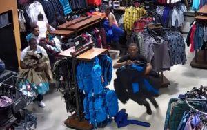 10 voleurs à l'étalage volent 30000 dollars de vêtements en 20 secondes