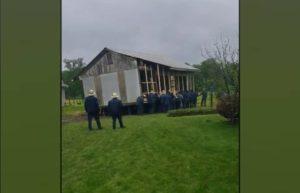Les hommes Amish se rassemblent pour déplacer manuellement une maison