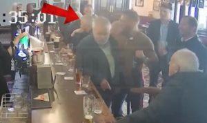Conor McGregor lance un coup de poing à un vieil homme