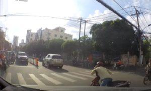 Téléphoner en conduisant son scooter. Un mauvais choix !