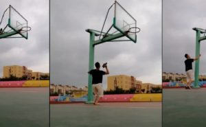 Il utilise ses baskets pour libérer le ballon coincé sur le panier