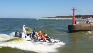 Un bateau à moteur a chaviré au moment d'entrer dans un port