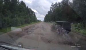 Un conducteur d'un 4×4 impatient tente un dépassement sur une route de campagne
