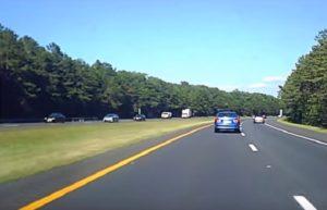 Un conducteur ivre conduit dangereusement sur l'autoroute